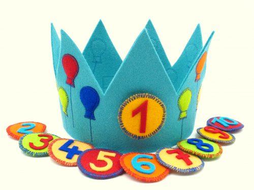 Geburtstagskrone mit Luftballons in türkis