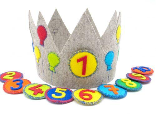 Geburtstagskrone mit Luftballons in hellgrau