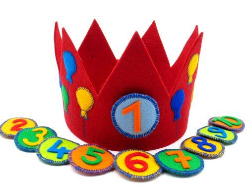 Geburtstagskrone mit Luftballons in rot
